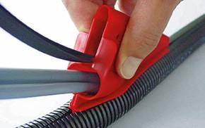 Kabel durch das Montagewerkzeug in den geschlitzten Schlauch einlegen